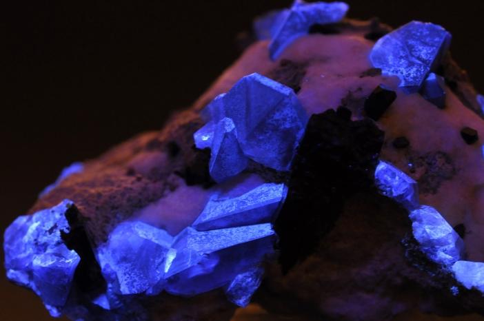 cristaux de bŽnitoite sous U.V. (USA)